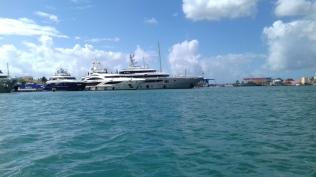 avec des yachts de luxe qui reviennent