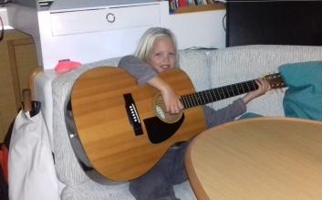 """Regarde papa : ta guitare est presque à ma taille !"""