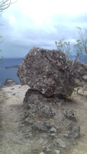 Rocher en équilibre sur le sentier du Chameau