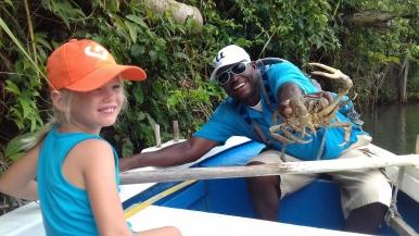 Alexis montre un crabe à Erinn
