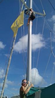 Malo monte au mat pour décrocher les drapeaux du salon nautique