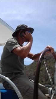 Philippe à la barre ... et au téléphone avec un acheteur potentiel. Skipper Multi-taches !